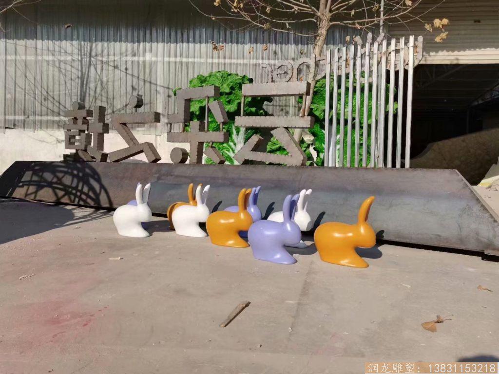 玻璃钢抽象小兔子雕塑 草坪摆件彩色喷漆兔子